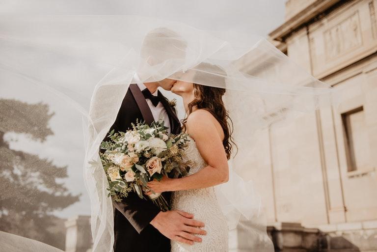 Küssendes Brautpaar - Juwelier Saphir