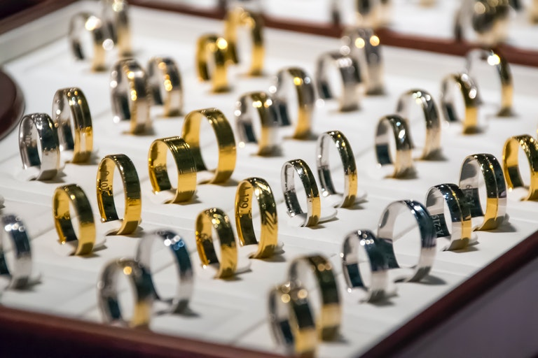 Goldene und silberne Trauringauswahl - Juwelier Saphir in Augsburg