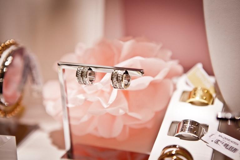 Schmuckauswahl; Ohrringe, Ringe und Armbänder - Juwelier Saphir