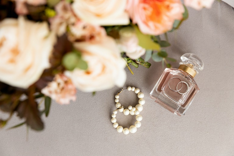 Brautstrauß, Perlenohrringe, Parfüm und Trauringe - Juwelier Saphir
